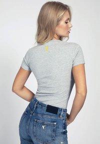 Guess - LOGO GLITTER - T-shirt con stampa - grigio multi - 2