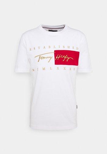 SIGNATURE FLAG TEE - T-shirt med print - white