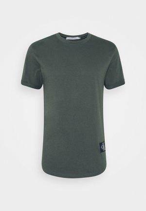 BADGE TURN UP SLEEVE - Print T-shirt - deep depths