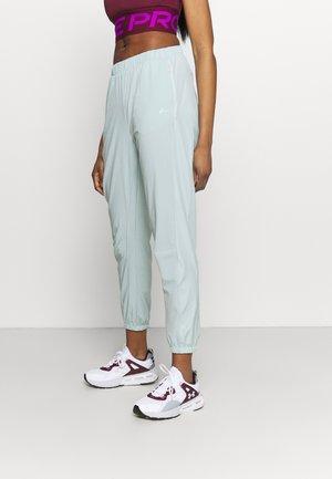 ONPFERR - Pantalones deportivos - gray mist/neon orange