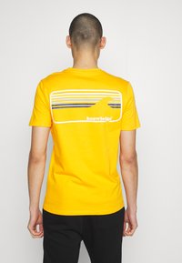 KnowledgeCotton Apparel - ALDER SIGNITURE WAVE TEE - Print T-shirt - zennia yellow - 2