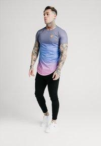 SIKSILK - CURVED HEM FADE TEE - Print T-shirt - tri neon - 1