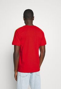 adidas Originals - STRIPES SPORTS INSPIRED SHORT SLEEVE TEE UNISEX - Camiseta estampada - red - 2
