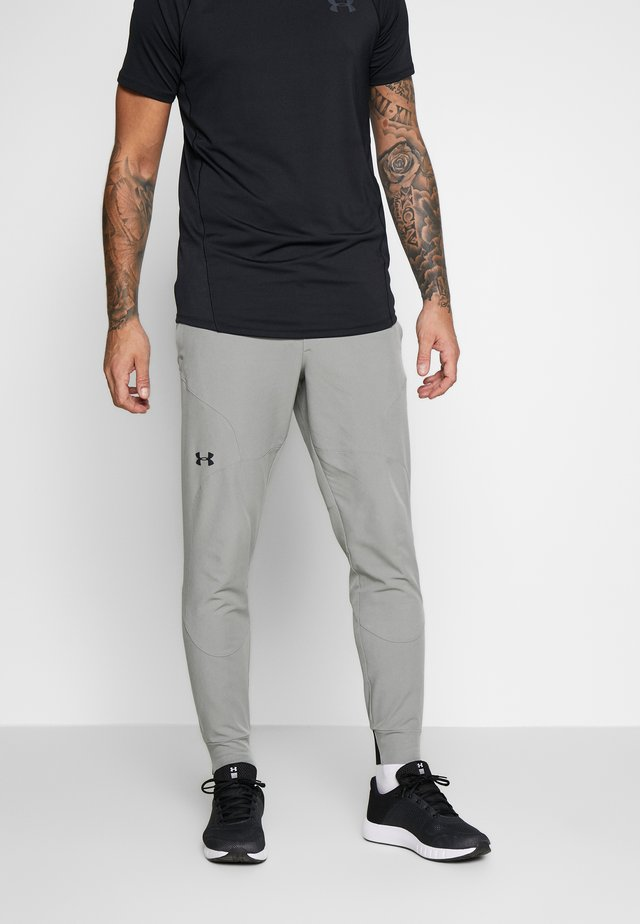 UA FLEX WOVEN JOGGERS - Teplákové kalhoty - gravity green/black