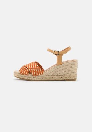LAURA - Sandály na platformě - orange/gold