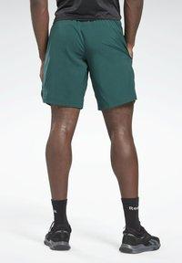 Reebok - WORKOUT READY GRAPHIC SHORTS - Pantalón corto de deporte - green - 2