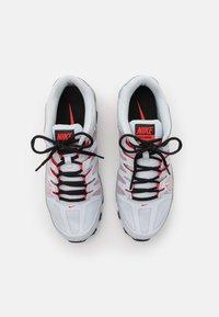 Nike Performance - REAX 8  - Gym- & träningskor - pure platinum/metallic silver/black/chile red - 3