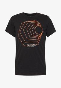 Q/S designed by - KURZARM - Print T-shirt - black - 3