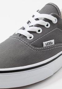 Vans - ERA UNISEX - Sneakersy niskie - pewter/true white - 6
