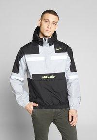Nike Sportswear - M NSW NIKE AIR JKT WVN - Veste coupe-vent - smoke grey/black/white - 0