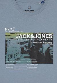 Jack & Jones Junior - JCOBLADE TEE CREW NECK  - T-shirt print - dusty blue - 2
