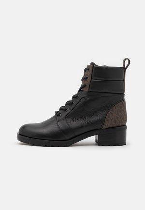 BRONTE BOOT - Botines con cordones - black/brown