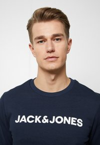Jack & Jones - JACLOUNGE SET - Pyjamas - navy blazer - 5