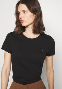 Tommy Hilfiger - HERITAGE CREW NECK TEE - T-shirts basic - black - 3