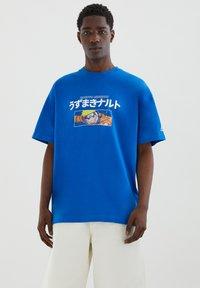 PULL&BEAR - NARUTO - Print T-shirt - light blue - 1