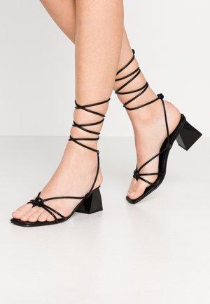 NIKITIA STRAP  - Sandály s odděleným palcem - black