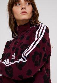 adidas Originals - BELLISTA ALLOVER PRINT PULLOVER - Collegepaita - maroon/black - 3