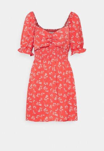 SMOCKED WAIST PAMI SHORT DRESS - Vestido informal - red