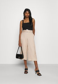Forever New - CAMILLA BELTED CULOTTE PANTS - Kalhoty - beige/nude - 1