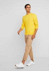 Tommy Hilfiger - PIMA CREW NECK - Stickad tröja - yellow - 1