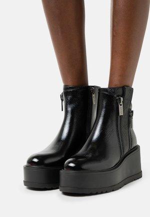 CAROL  - Platåstøvletter - black