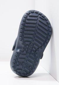 Crocs - CLASSIC LINED - Pantolette flach - navy/cerulean blue - 4