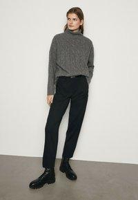 Massimo Dutti - MIT AUFGENÄHTER TASCHE  - Trousers - blue-black denim - 0