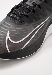 Nike Performance - ZOOM GRAVITY 2 - Obuwie do biegania treningowe - black/white/iron grey - 5
