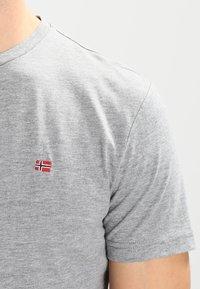 Napapijri - SENOS CREW - Jednoduché triko - med grey melange - 3