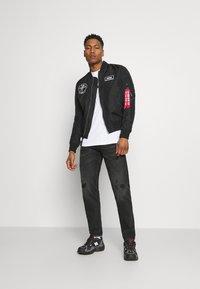 Nike Sportswear - TEE ICON - T-shirt med print - white/(black) - 1