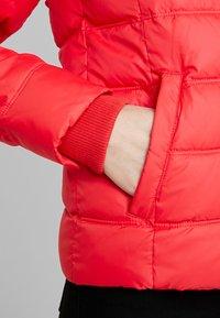 Calvin Klein Jeans - SHORT FITTED PUFFER - Lehká bunda - racing red - 6