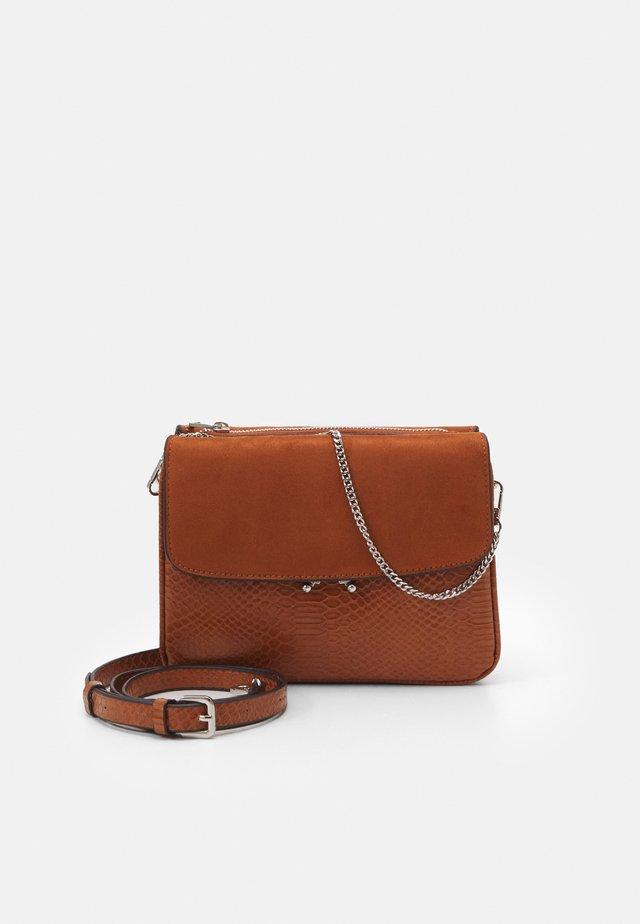 CROSSBODY BAG TED - Taška spříčným popruhem - camel