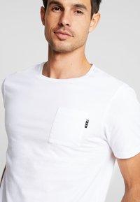 Scotch & Soda - POCKET TEE - T-shirt basic - white - 5