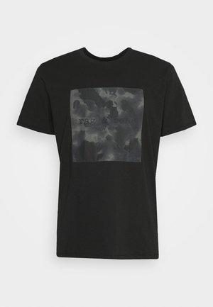 CAMO BOX TEE - Printtipaita - black