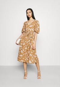 Glamorous - MIDI DRESSES WITH PUFF SLEEVES LOW V-NECK AND TIE BELT - Sukienka letnia - brown - 1