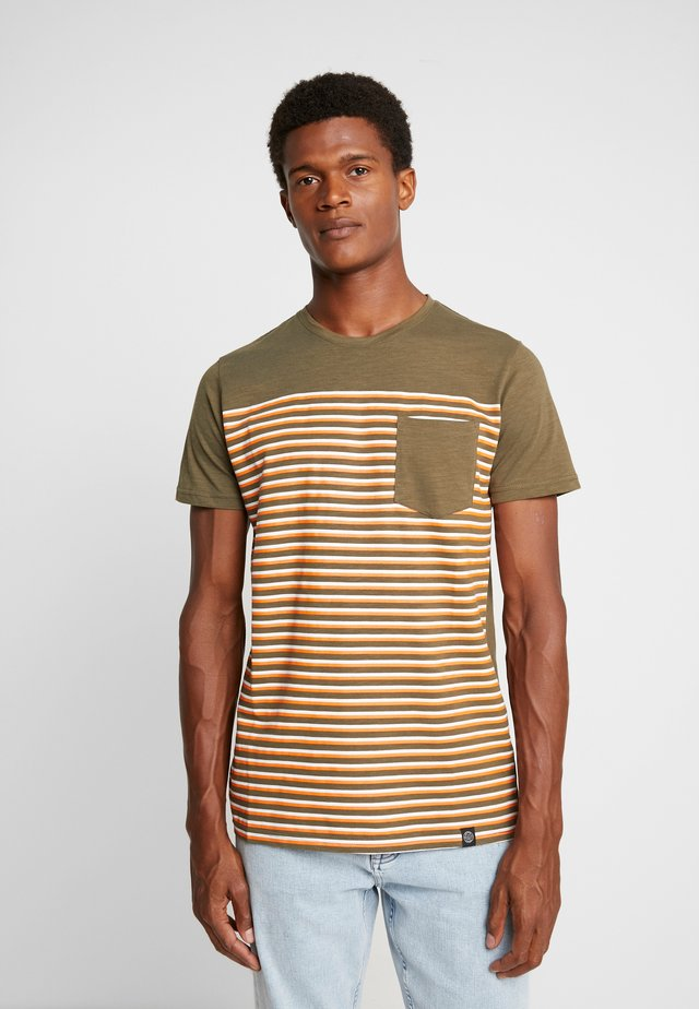 STRIPE POCKET TEE - T-shirts med print - army