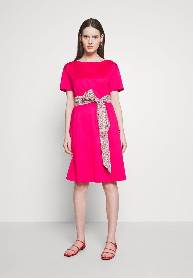 BORNEO - Robe en jersey - shocking pink