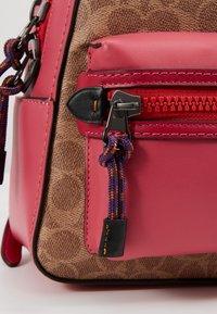 Coach - SIGNATURE CAMPUS BACKPACK  - Batoh - tan/bright cherry/multi - 6