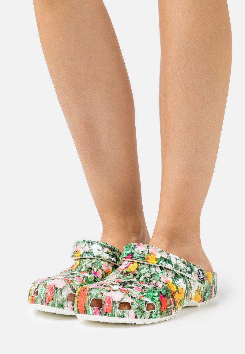 Crocs - CLASSIC PRINTED FLORAL - Klapki - white/multicolor