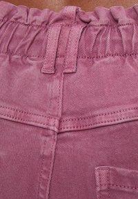 Bershka - MIT ELASTISCHEM BUND  - Džíny Straight Fit - pink - 4