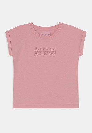CROPPED TEE - Triko spotiskem - light pink
