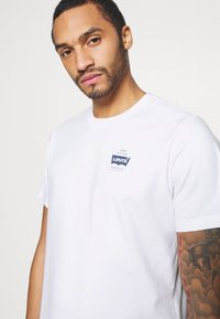 Levi's® - TEE UNISEX - T-shirts med print - white - 4