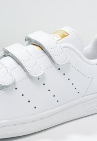 adidas Originals - STAN SMITH LACE-FREE SHOES - Sneakers - footwear white / gold metallic - 5