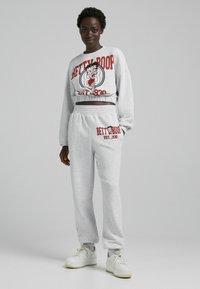 Bershka - AUS PLÜSCH BETTY BOOP - Pantaloni sportivi - grey - 0