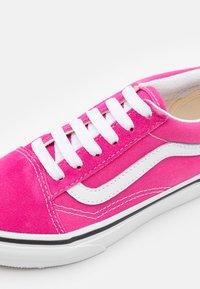 Vans - OLD SKOOL - Sneakers - fuchsia purple/true white - 5
