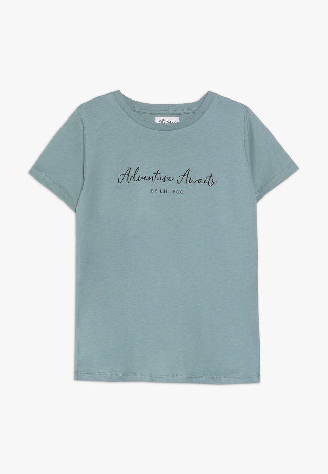 ADVENTURE AWAITS SHORT SLEEVE - Print T-shirt - arctic green