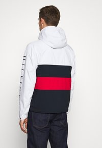 Tommy Hilfiger - COLOURBLOCK HOODED JACKET - Regenjacke / wasserabweisende Jacke - white - 2