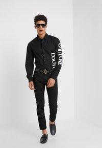 Versace Jeans Couture - CAMICIE UOMO - Vapaa-ajan kauluspaita - nero - 1