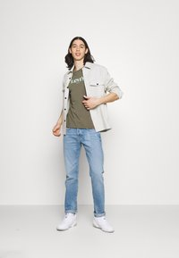 Levi's® - SS RELAXED FIT TEE - Print T-shirt - dusty olive - 1