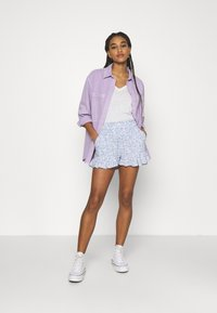 Hollister Co. - CHAIN RUFFLE HEM - Shorts - white/blue - 1